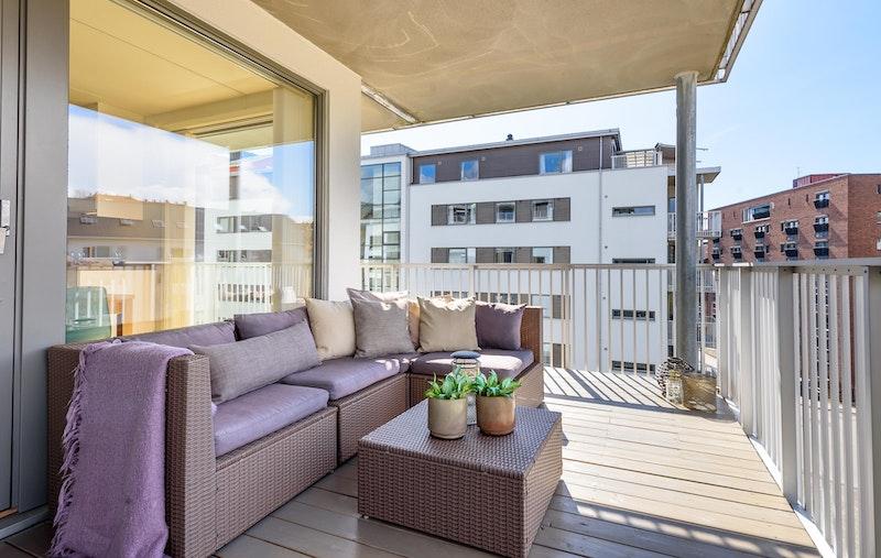 Stor, nydelig balkong med utsikt