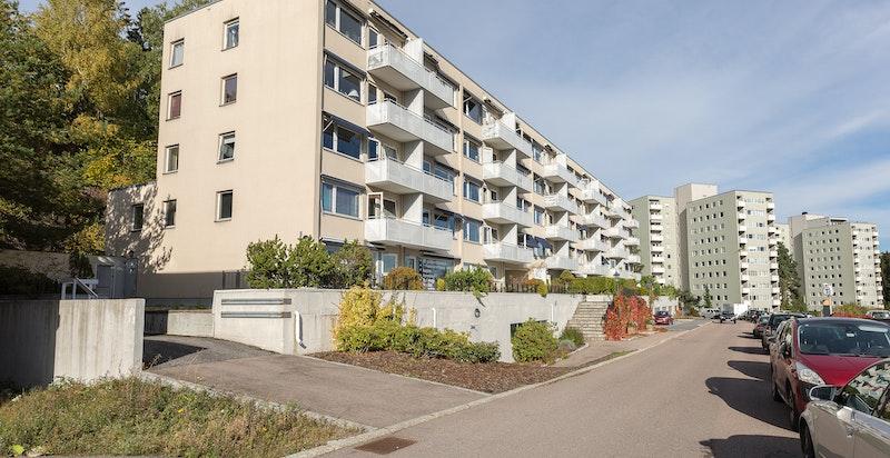 Leiligheten ligger i et rolig og etablert boligområde.