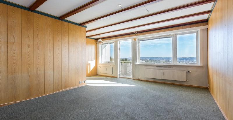 Stue med gode lysforhold fra store vindusflater.