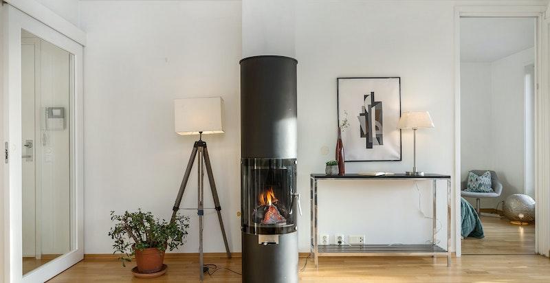 Dreibar peis i stue gir en lun stemning