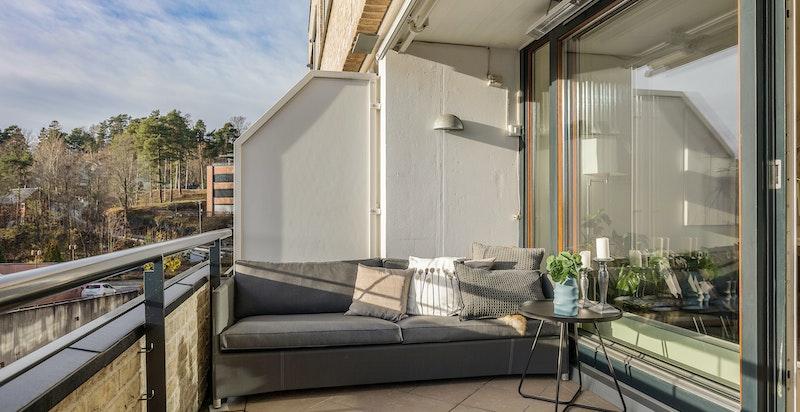 Stor solrik terrasse med god plass til utemøblement