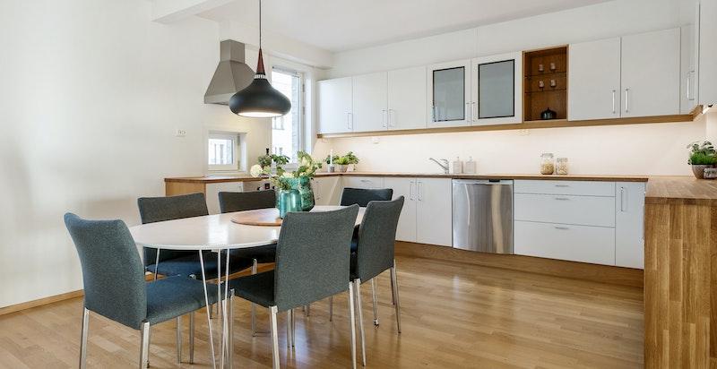 Lekkert separat kjøkken med god skap- og benkeplass samt integrerte hvitevarer