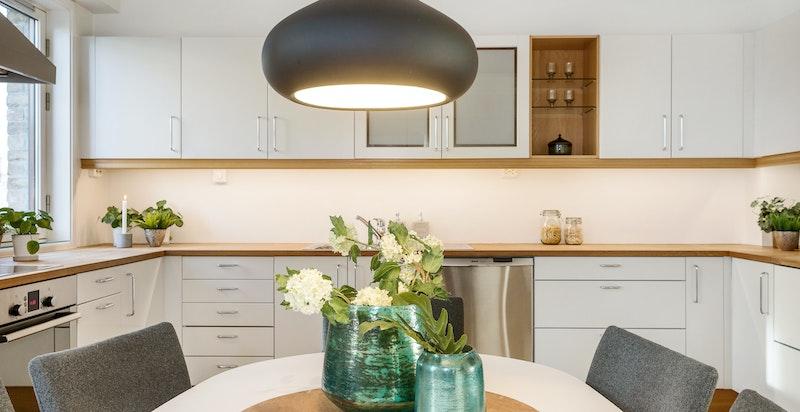 Separat kjøkken med koselig spiseplass