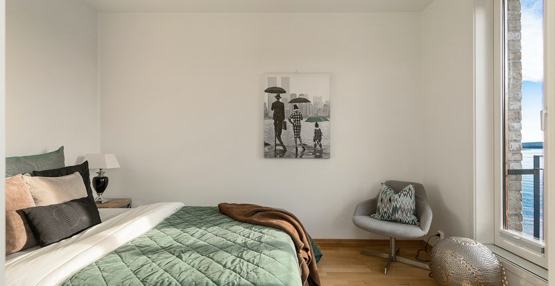 Soverom med flott fjordutsikt og plass til både dobbeltseng og garderobeskap