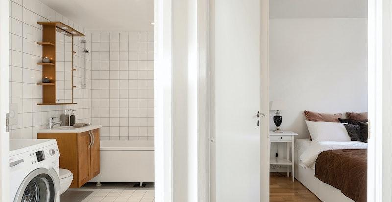 Delikat baderom med opplegg for vaskemaskin og wc