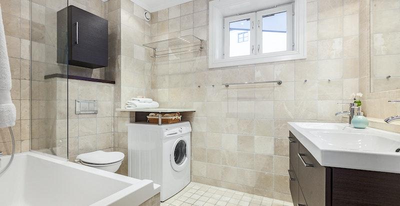Stort bad/wc med opplegg for vaskesøyle