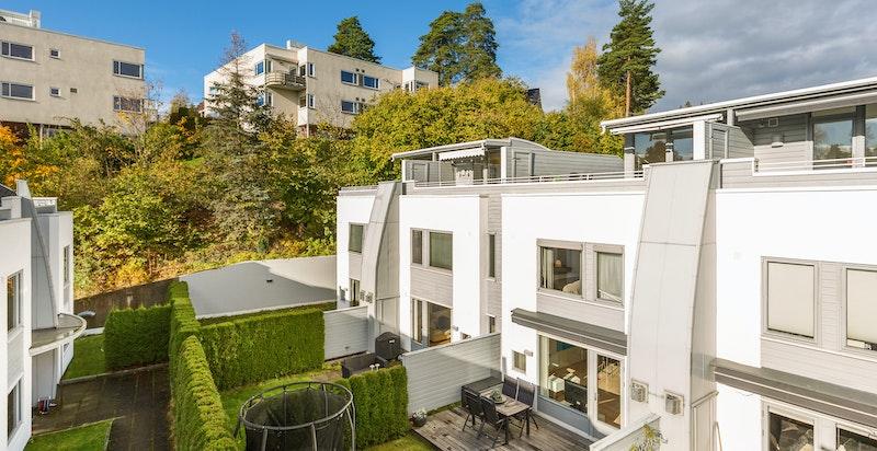 Fasade. Boligen har hage, terrasse og takterrasse