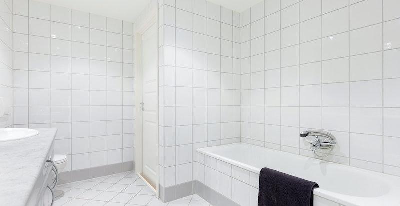 Pent flislagt hovedbad i 2. etasje