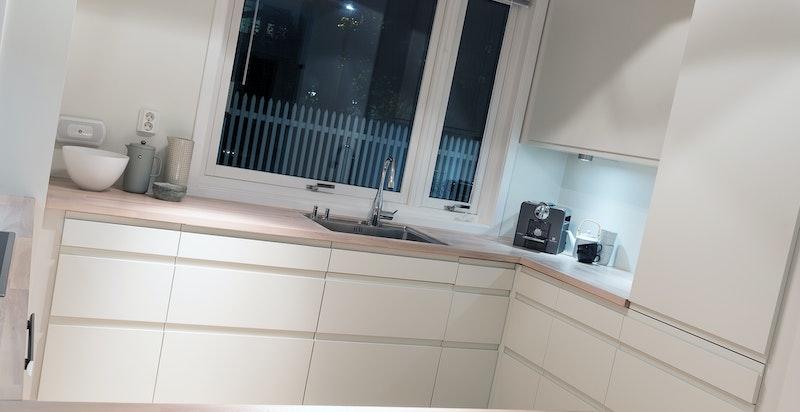 Kjøkkenet har god skap- og benkeplass