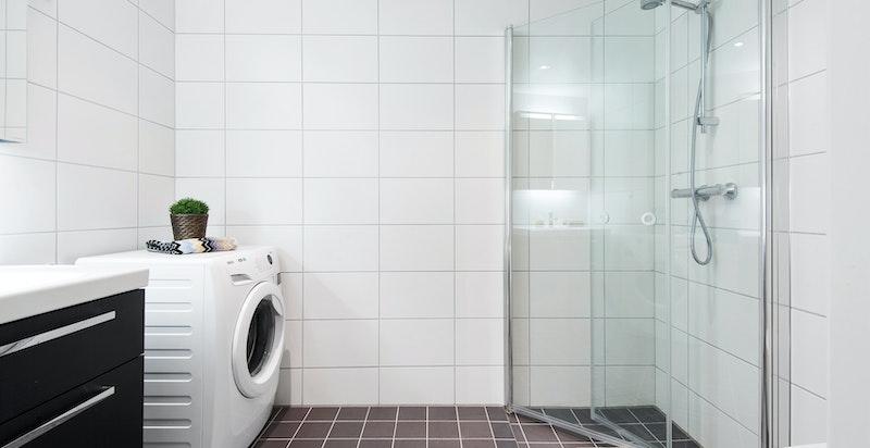Delikat flislagt baderom med varmekabler i gulv