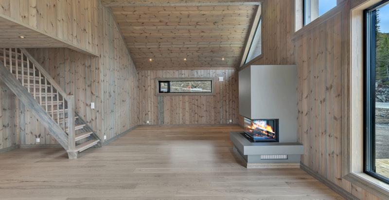 Smart planløsning med storstue + stue på hemsen, 4 soverom, 2 bad, og gode oppbevaringsrom i begge etasjer