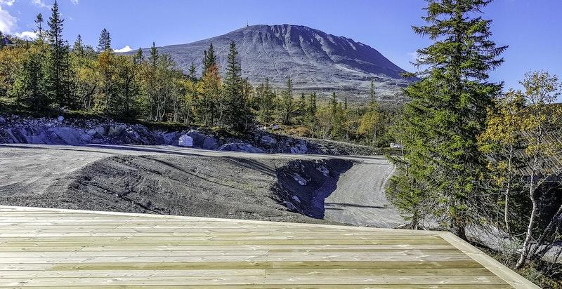 Herlig utsikt mot friområdet på andre sidne veien, den nye skibakken og Gaustatoppen i vest