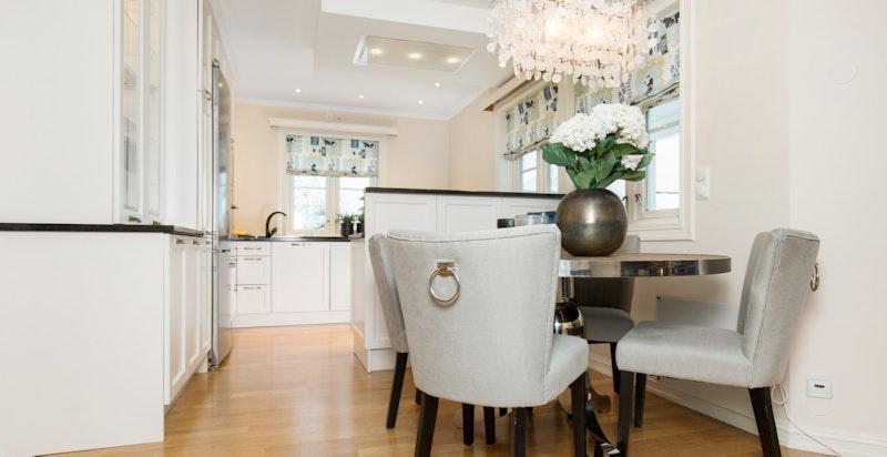 Det er plass til spisebord ved kjøkkenet