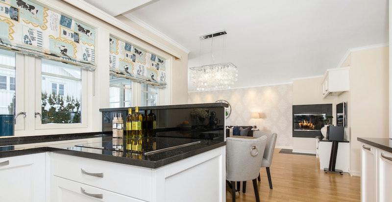 Halvøy på kjøkkenet med koketopp og takmontert avtrekksvifte