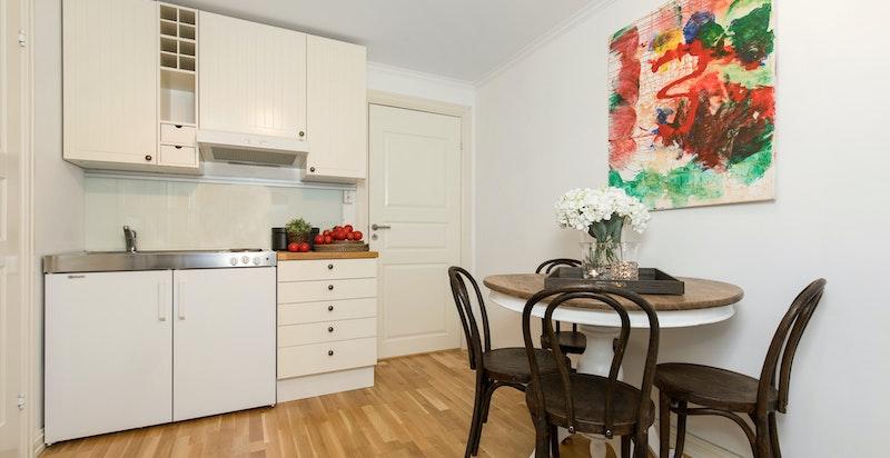 Stue med kjøkkenkrok i kjeller