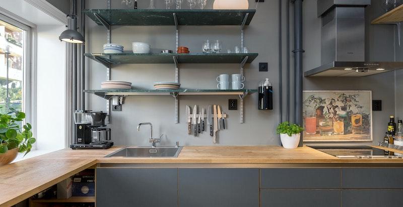 Kjøkken - heltre benkeplate og god arbeidsplass. Integrerte hvitevarer.