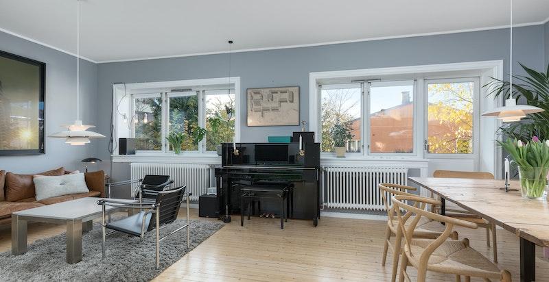 Lys, usjenert og innbydende stue. God plass til sofagruppe og spisebord.