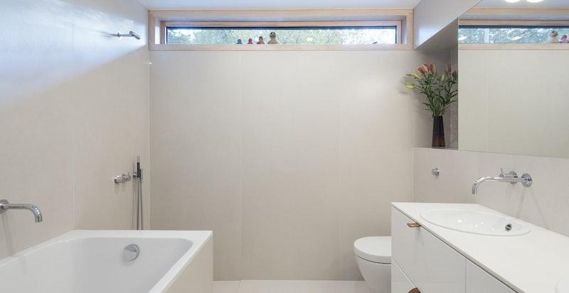 Deilig badekar og fint utsyn til flotte trekroner.