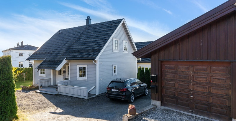 1 garasjeplass og 2 biloppstillingsplasser - Egen inngang til kjelleretasjen. Garasje med elektronisk portåpner