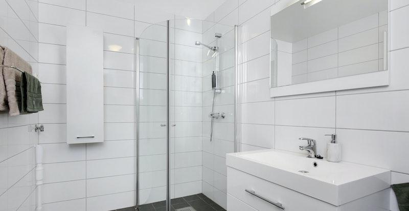 Det er opplegg for vaskemaskin på dusjbad i 1. etasje.