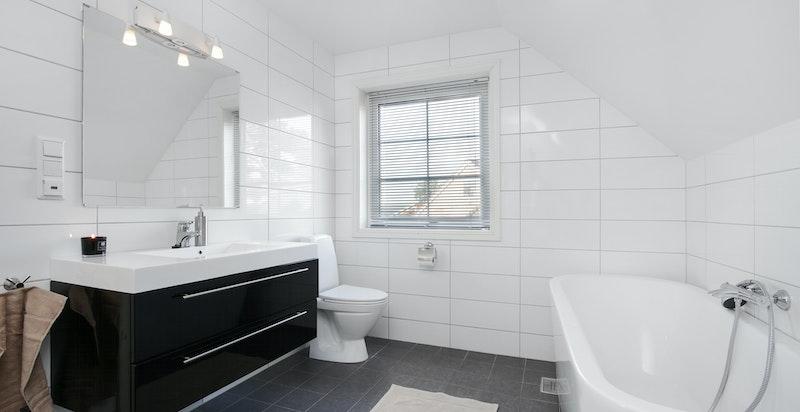 Romslig og delikat bad med badekar