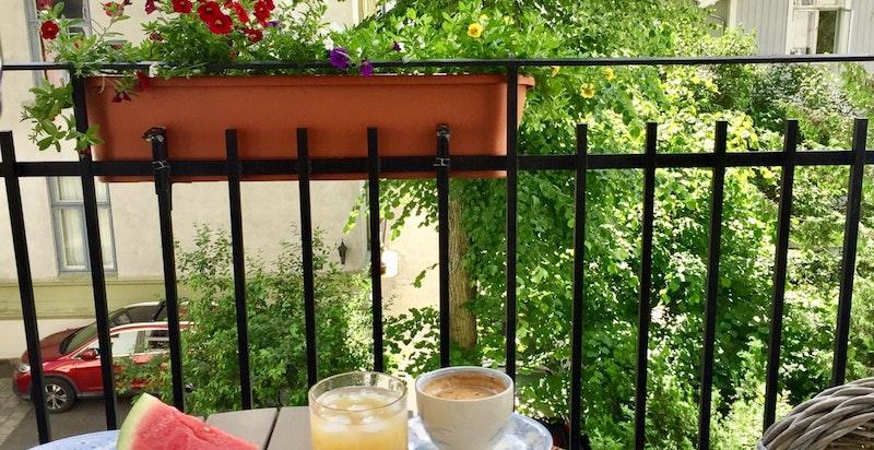 Sommerbilde balkong mot bakgård