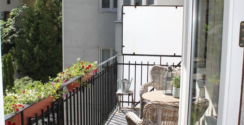 Sommerbilde balkong mot bakgård - her kan solen nytes på formiddagen