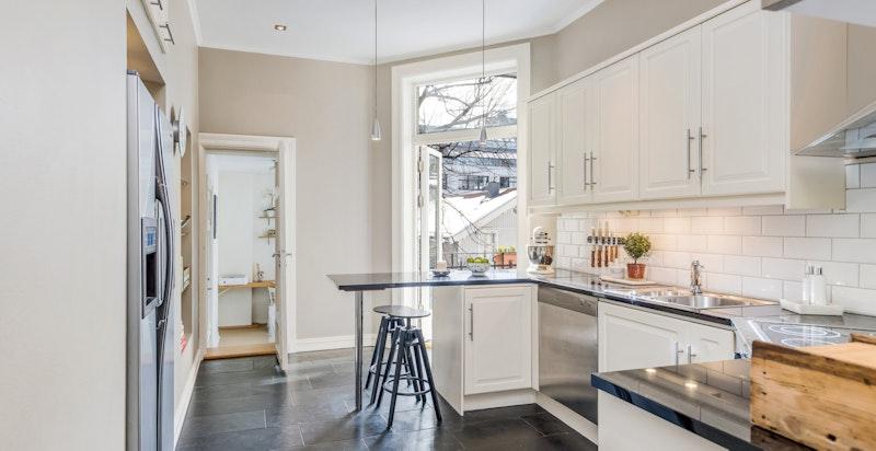 Romslig kjøkken med alt utstyr og varmekabler i gulv