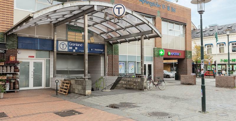 T-banestasjonen ligger kun 2 minutters gange fra boligen.