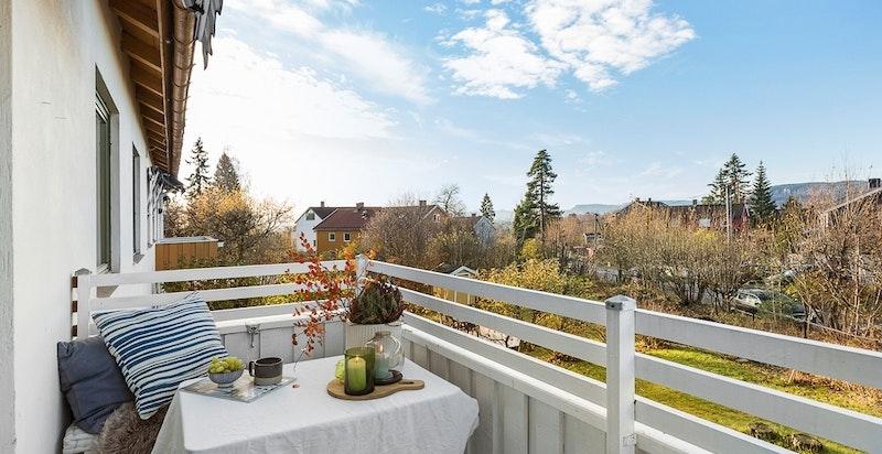 Hyggelig, solrik veranda med utsikt