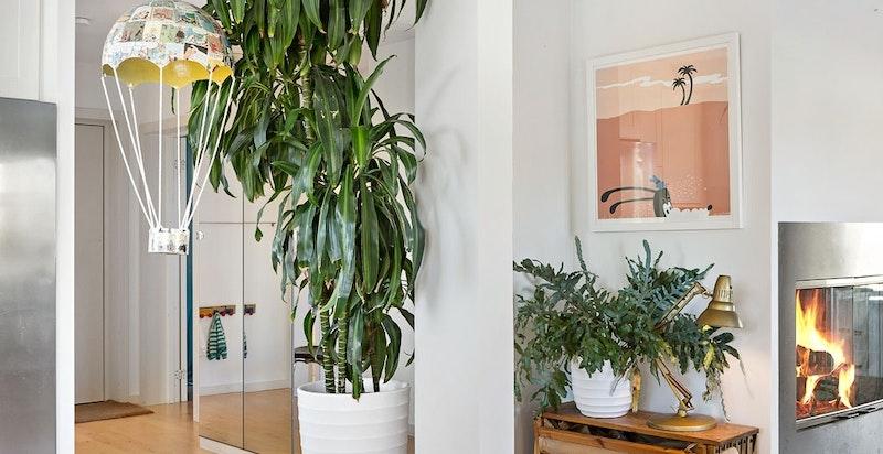 Garderobeskap med speildører mellom hall og stue