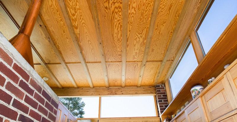 Taket og vindusføringen er gjennomført i boligen