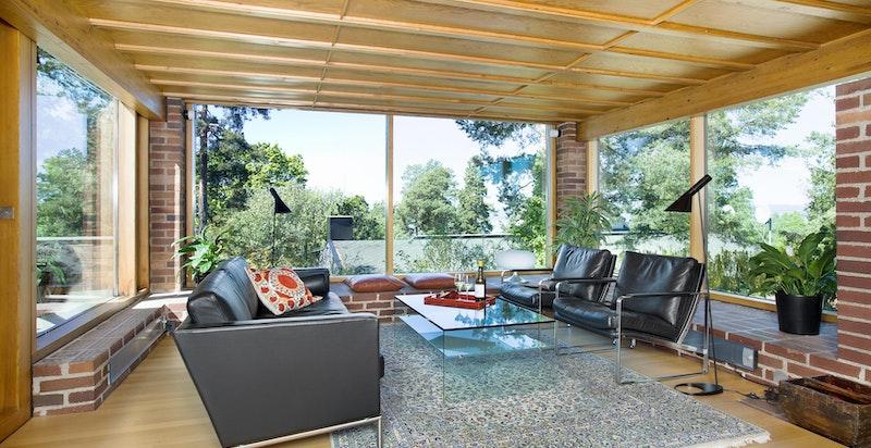 Stuen har store vindusflater