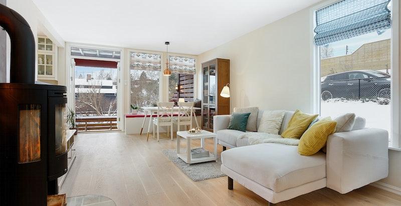 Med vindu på to sider blir leiligheten lys og åpen.