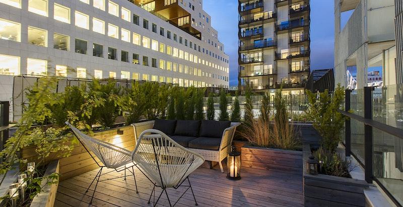 Det er to store uteplasser tilhørende leiligheten - her fra terrassen i 4. etasje.