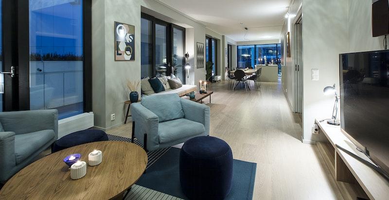 Stuen har plass til sofagruppe og langbord.