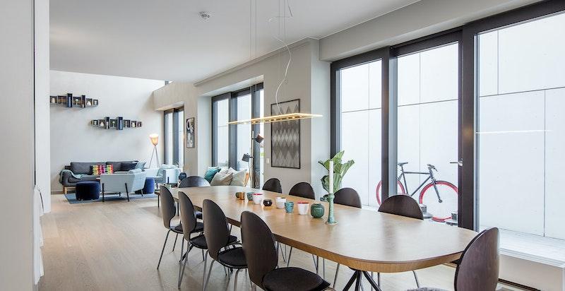 Langs med kjøkken, spisestue og stue går den private uteplassen på 37 kvm.