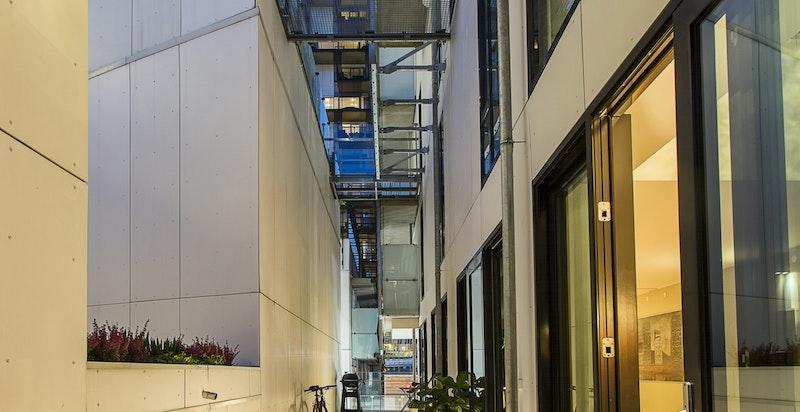Terrassen på 37 kvm med utgang fra stue, spisestue og kjøkken.