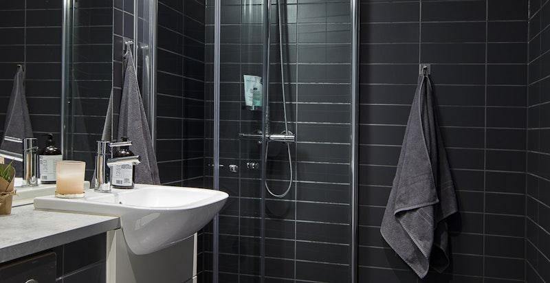 Begge bad har moderne fliser og oppvarmet med varmekabler i gulv.