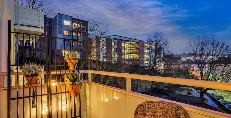 Den usjenerte balkongen er et flott sted å være på vakre kvelder