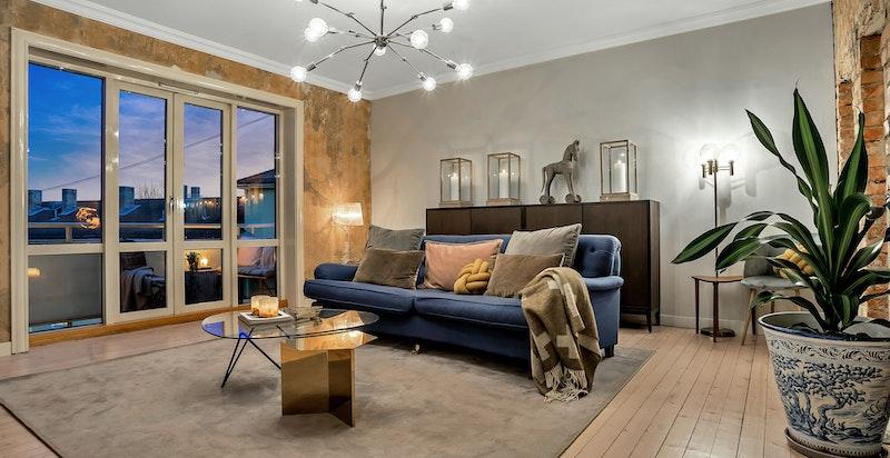 De store vindusflatene og åpne beliggenheten gir leiligheten et meget spesielt kveldslys