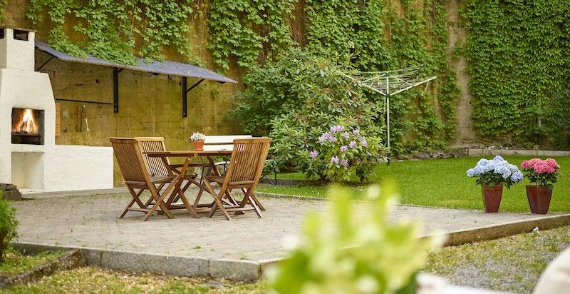 Bakgården er et frodig og hyggelig fellesareal som flittig benyttes av aksjonærene