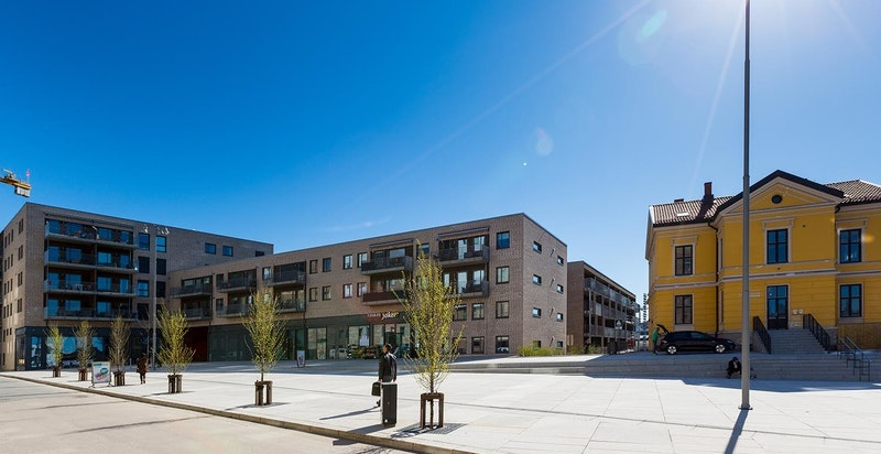 Leiligheten får en meget sentral og attraktiv beliggenhet i et flott boligområde i populære Tiedemannsbyen, Utsiktskvartalet, på toppen av Ensjø, med Hasle, Lille Tøyen Hageby og Kampen som nærmeste naboer.
