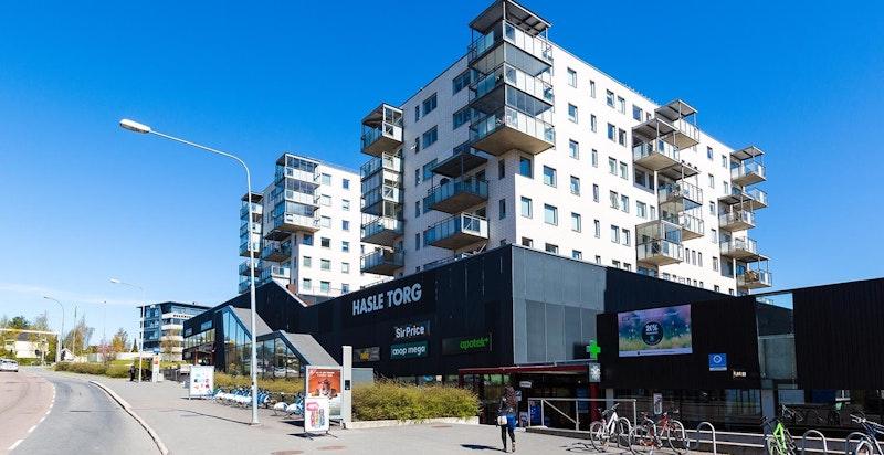Ca. 10 minutters gange fra leiligheten ligger Hasle Torg med gode servicetilbud.