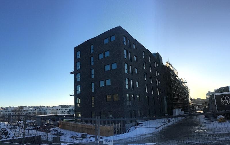 Fasade av bygget fra nordøst-siden. Bygging godt i gang - fra 15.11.2017