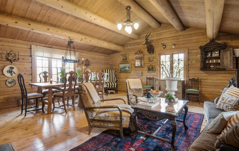 Romslig stue med rikelig plass til sofa og spisestue