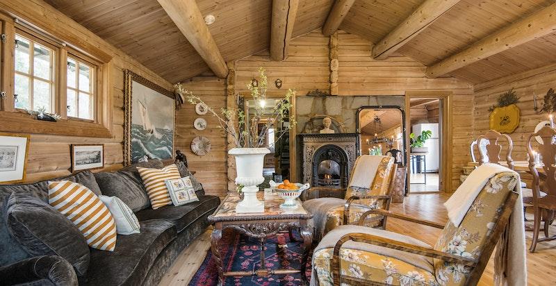 Stue med nydelig peis (fra 1850-tallet) og god takhøyde