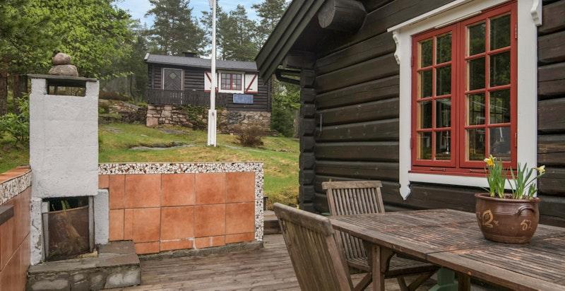 Terrassen på hovedhytta med hyggelig utepeis - Usjenert plass for hyggelig kvelder