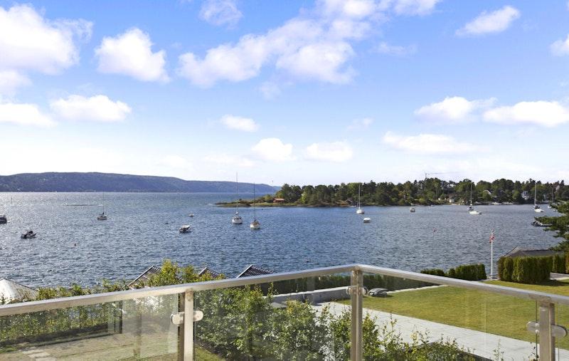 Utsikt fra balkong i 2. etg.