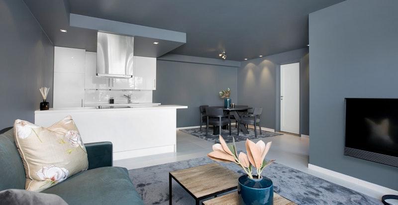Stue og kjøkken i leilighet i u. etg.